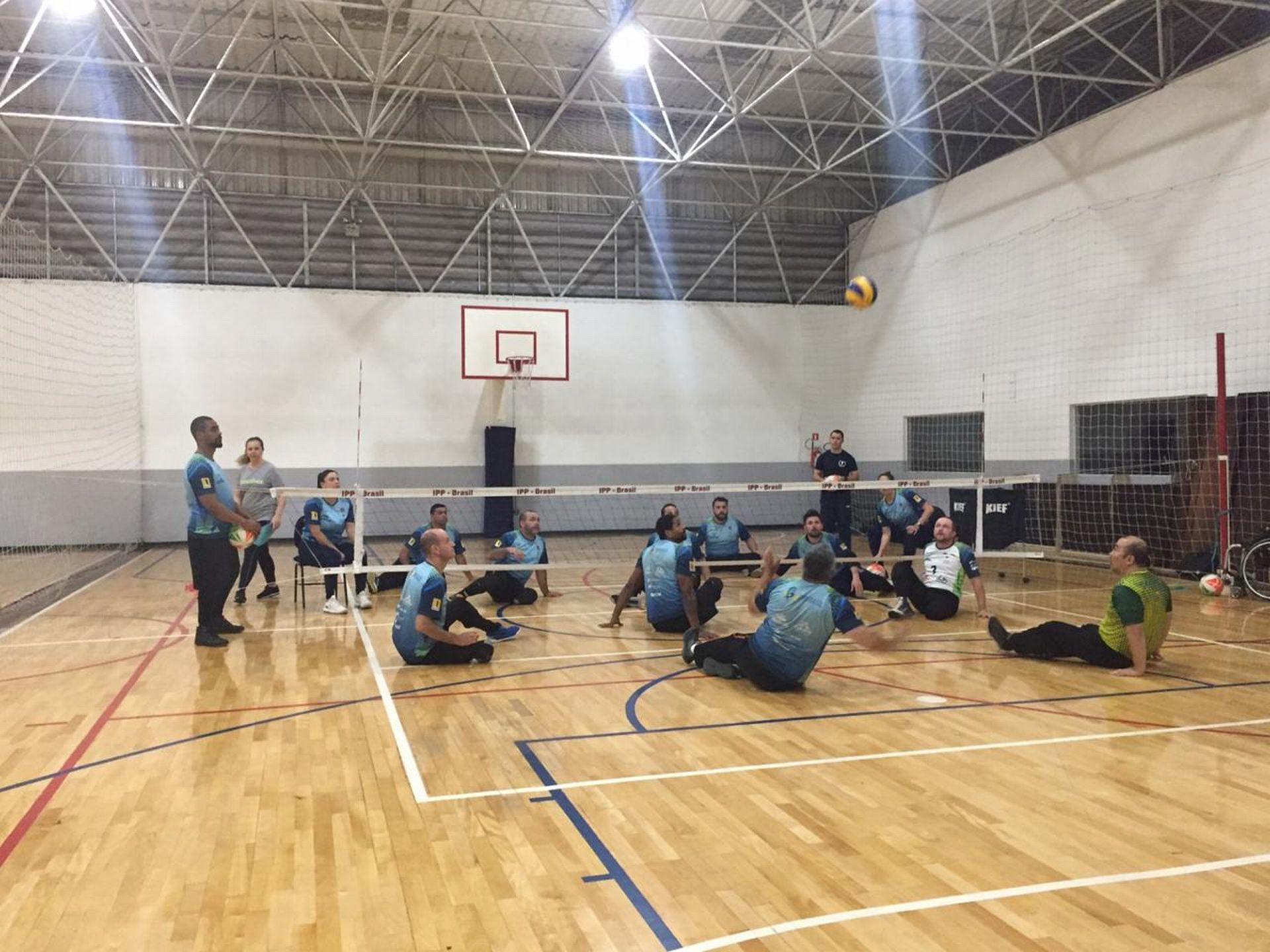 O vôlei sentado foi o esporte que conquistou Daniel. Tanto que ele é medalhista na modalidade Foto: Amanda Milléo / Gazeta do Povo.