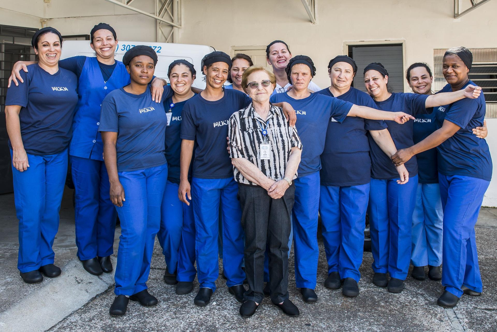 Odete e a equipe com quem divide seus dias de trabalho no hospital. Foto: Letícia Akemi/Gazeta do Povo.