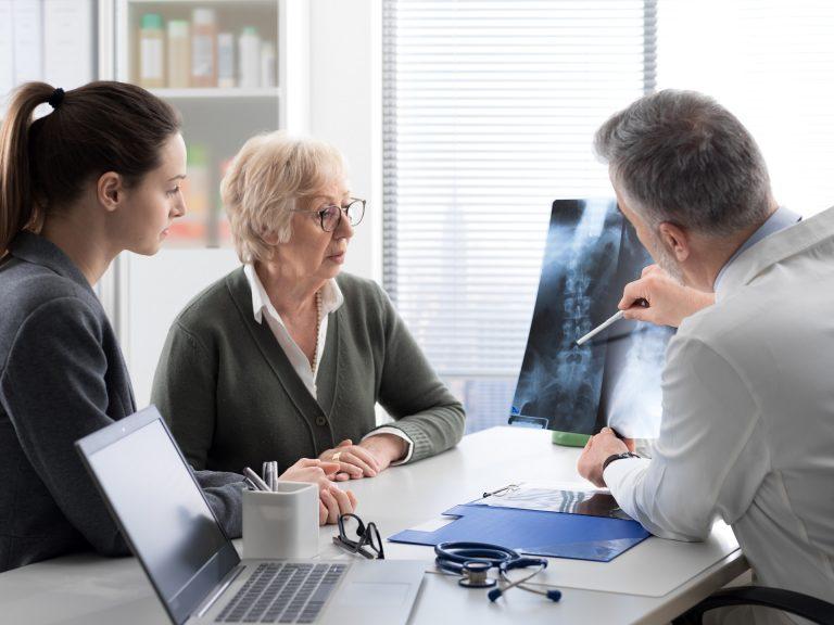 A osteoporose é a doença óssea mais comum entre humanos, e atinge 200 milhões de mulheres em todo o mundo. Foto: Bigstock.
