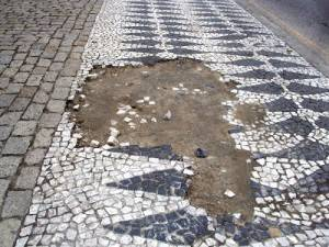Site divulga fotos de calçadas mal conservadas de Curitiba