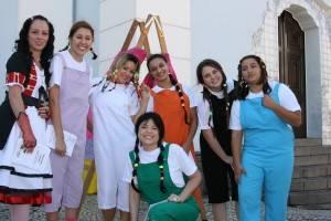 Alunos apresentam peça de teatro para crianças com câncer