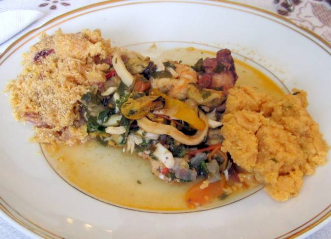 Caldeirada de frutos do mar com pirão e farofa de banana da terra.