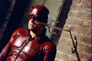 Há 10 anos, Affleck vestia o uniforme do Demolidor. Podias ter passado sem essa, meu amigo... (Foto: Divulgação)