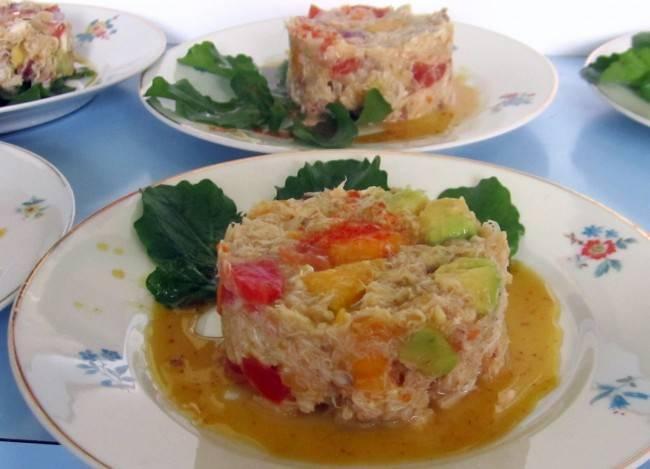 Salada de siri com molho de mel e mostarda.
