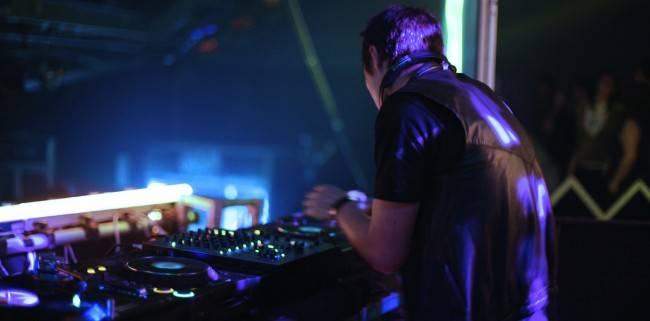 DJ se apresentando em um club.