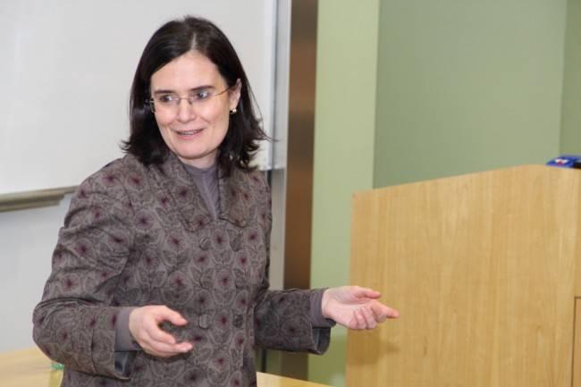 Claudia Vanney durante a I Semana de Pesquisa Interdisciplinar: tema foi a relação entre Física e Filosofia.