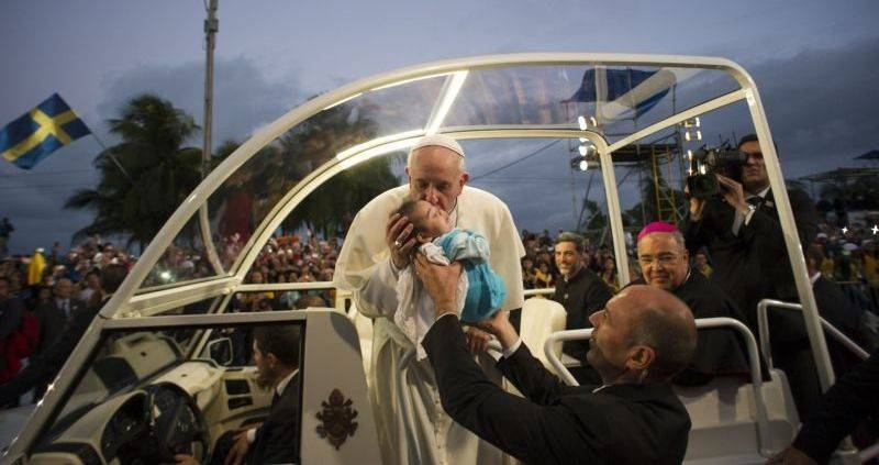 Papa beija bebê no Brasil, durante a Jornada Mundial da Juventude (Foto: Reuters)