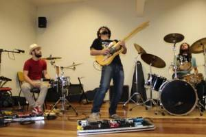Banda Black Cherry em apresentação na FAP (em primeiro plano o guitarrista Ruan de Castro faz seu solo)