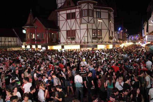 Oktoberfest: Parque Vila Germânica agora tem permanência limitada de pessoas. Mais conforto para os foliões