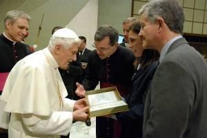 """O monsenhor Tomasz Trafny (ao centro), a dra. Robin Smith e o dr. Max Gomez apresentam ao papa Bento XVI o livro """"The healing cell"""", em junho de 2012. (Foto: Divulgação/NeoStem, Inc.)"""