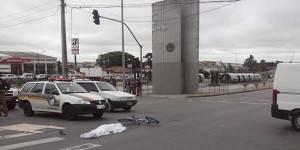 Motorista de caminhão passa no sinal amarelo e mata ciclista de 14 anos