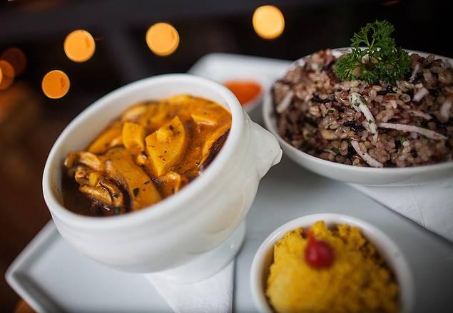 Josimar elogia a moqueca de shiitake e palmito, do restaurante Le Manjue, em São Paulo. Foto: Victor Moriyama/Folhapress