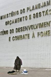 tn_280_651_pobres_no_brasil_040511