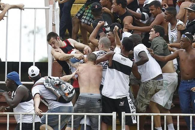 Torcedor atleticano espancado por vascaínos na Arena Joinville (Foto: Albari Rosa / Gazeta do Povo)