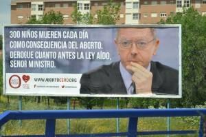 Campanha publicitária em outdoor promovida pela ONG Derecho a Vivir, na Espanha, exigindo o cumprimento da promessa eleitoral de reformar a lei do aborto (foto: Derecho a Vivir/Divulgação)