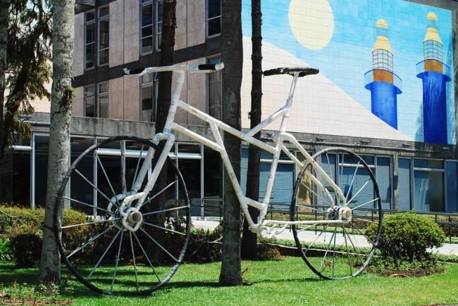 Bicicleta gigante em frente a prefeitura de Curitiba: ações no plano simbólico.