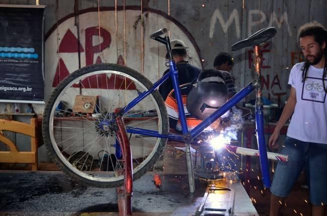 Carlos MArroquín, na comunidade Nova Primavera: bicimáquinas como ferramenta de transformação social. (Foto: ACN/Ir e Vir de Bike)