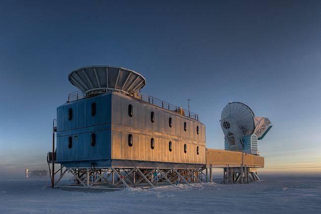 Dados do telescópio Bicep2 (à esquerda na foto) deram aos cientistas mais informação sobre os primeiros momentos do universo. (Foto: Steffen Richter/Harvard University/National Science Foundation)