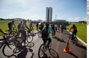 Servidores do Senado promovem Bicicletaço para exigir infraestrutura para quem usa a bike no dia a dia.