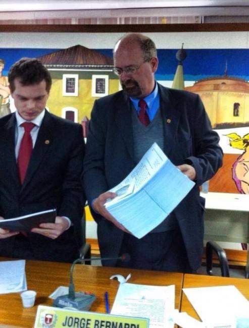 Vereador Jorge Bernardi recebe dos cicloativistas 14.063 assinatura de apoio à Lei da Bicicleta. (Foto: ACN/Ir e Vir de Bike)