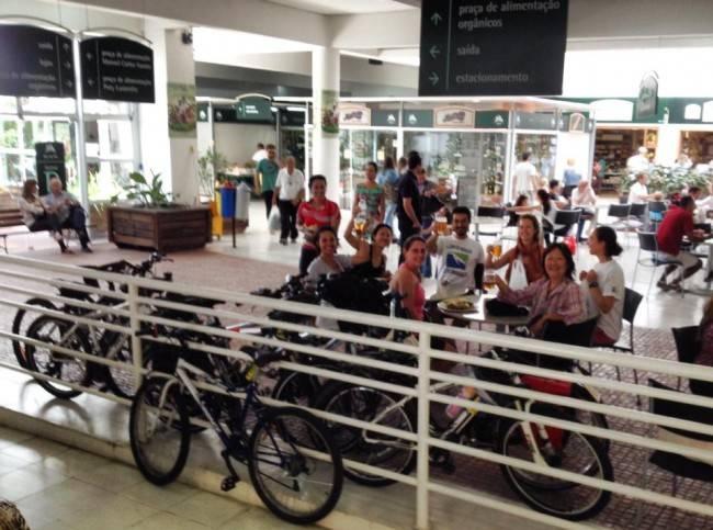 Para protestar, ciclistas prenderam bicicletas na área interna do Mercado Municipal. Ação será repetida no próximo fim de semana.