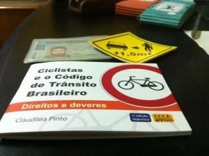 Manual com legislação comentada sobre bicicletas no trânsito e adesivo sobre respeito ao ciclista serão entregues junto com a CNH.
