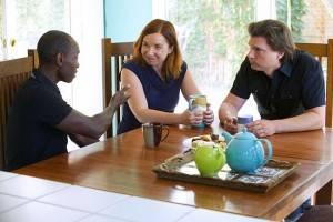 Katharine Hayhoe com o marido, Andrew Farley (à direita), e o ator Don Cheadle (à esquerda): conscientização ambiental para os que têm fé. (Foto: Divulgação/Years of Living Dangerously)