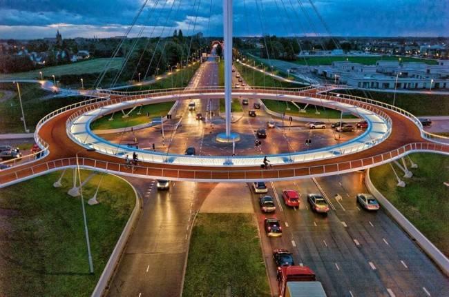 Hovenring: rotatória estaiada para ciclistas custou 30 milhões de euros, praticamente o mesmo do viaduto de Curitiba.
