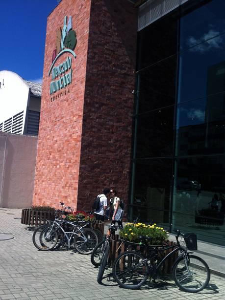 Floreiras se transformam em paraciclos informais na falta de local adequado para estacionamento das bikes,