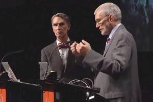 Ken Ham (à direita) e Bill Nye (à esquerda) discutiram civilizadamente por duas horas e meia, mas não chegaram a nenhum ponto de consenso. (Foto: screenshot do YouTube)