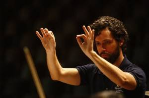 O maestro Marcio Steuernagel ensaiando a Filarmônica UFPR para o concerto