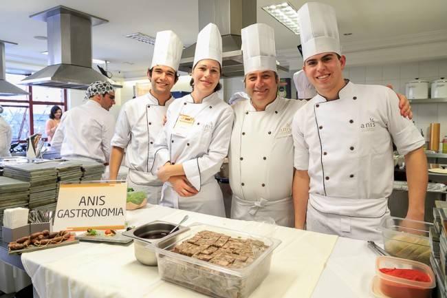 Flávio Frenckel, na foto com sua equipe, preparou um dos melhores pratos servidos