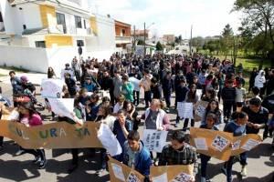 Estudantes de colégios públicos de Curitiba participantes do projeto Corda Bamba, em atuação com a comunidade (Foto: Gazeta do Povo)