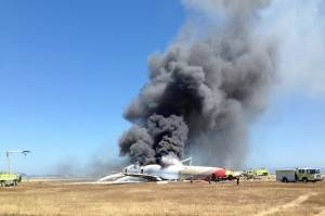 Avião da Asiana Airlines em chamas no aeroporto de San Francisco