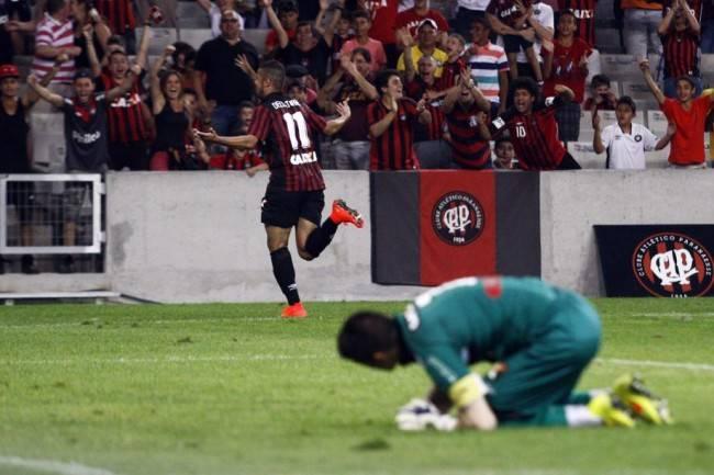 Dellatorre comemora o primeiro dos dois gols que marcou na vitória do Atlético sobre o Figueirense (foto: André Rodrigues / Gazeta do Povo)