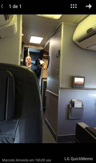 A cabine do avião em que Marcelo Almeida embarcou, na sexta, para pouco depois precisar ampliar sua viagem ao exterior.