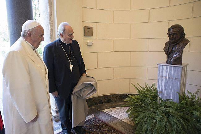 O papa Francisco na inauguração do busto de Bento XVI nas instalações da Pontifícia Academia de Ciências (Foto: Reuters/L'Osservatore Romano).