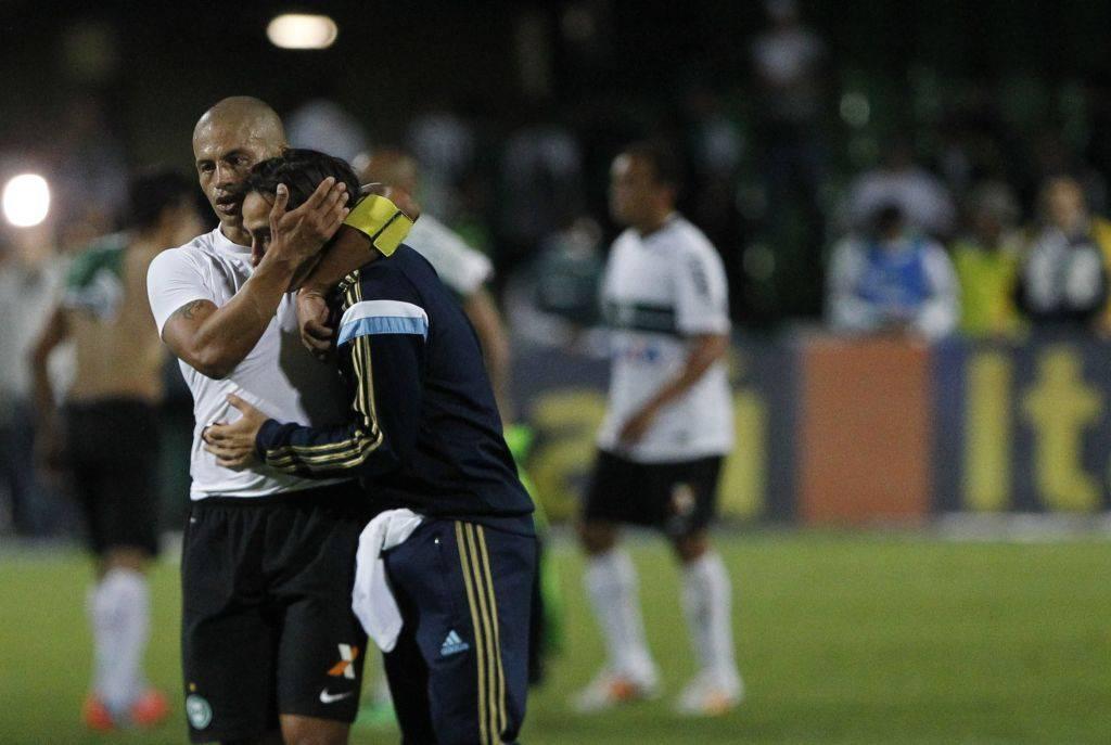 Alex consola Valdívia: vitória sobre o Palmeiras tirou o Coritiba da zona de rebaixamento. (Foto: Jonathan Campos/ Gazeta do Povo)