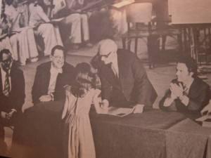 Entrega de certificados em 1975. Ao centro o compositor Osvaldo Lacerda. Da esquerda para a direita Padre José Penalva e Maestro Roberto Schnorrenberg