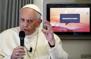 O papa Francisco durante entrevista no avião que o levou do Sri Lanka às Filipinas: encíclica terá influência dos textos do patriarca ortodoxo Bartolomeu. (Foto: Stefano Rellandini/Reuters)