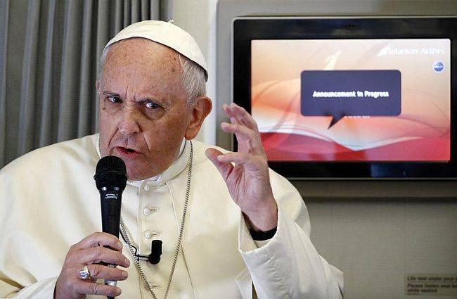 O papa Francisco durante entrevista no avião que o levou do Sri Lanka às Filipinas