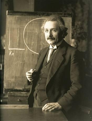 Albert Einstein em 1921, anos antes de escrever a carta leiloada recentemente.