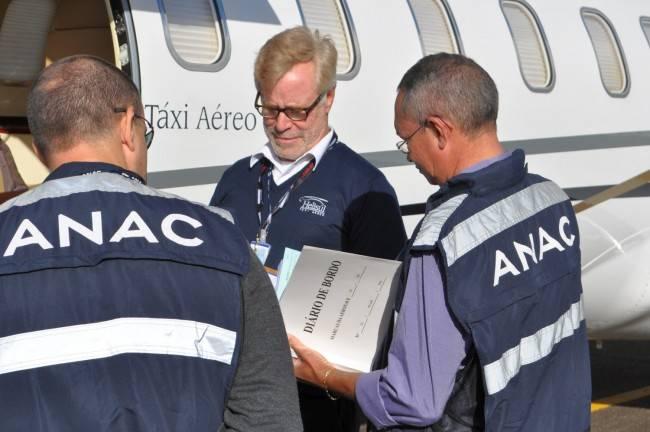 Inspetores da Anac analisam diário de bordo de um avião de táxi-aéreo no Aeroporto do Bacacheri (Foto: Gustavo Ribeiro/Gazeta do Povo)
