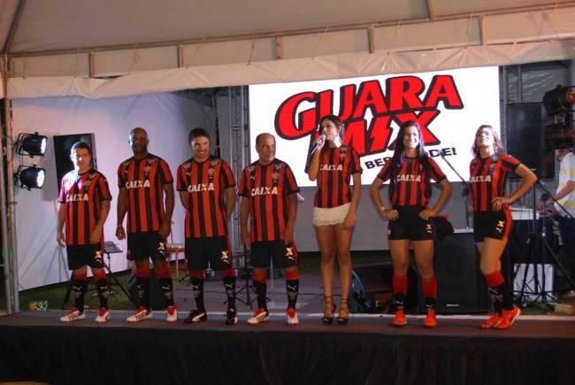 A nova camisa do Vitória, com Ivete Sangalo no lançamento. (Divulgação/ Vitória)