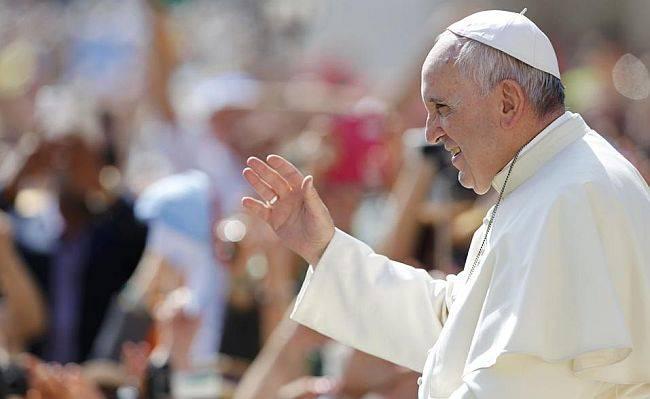 O papa Francisco chega à Praça de São Pedro para uma audiência