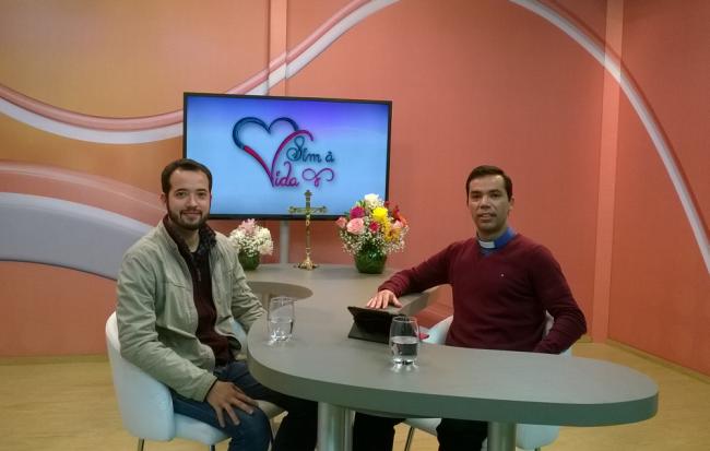 Eu (à esquerda) e o padre Silvio Roberto na gravação do programa Sim à Vida.