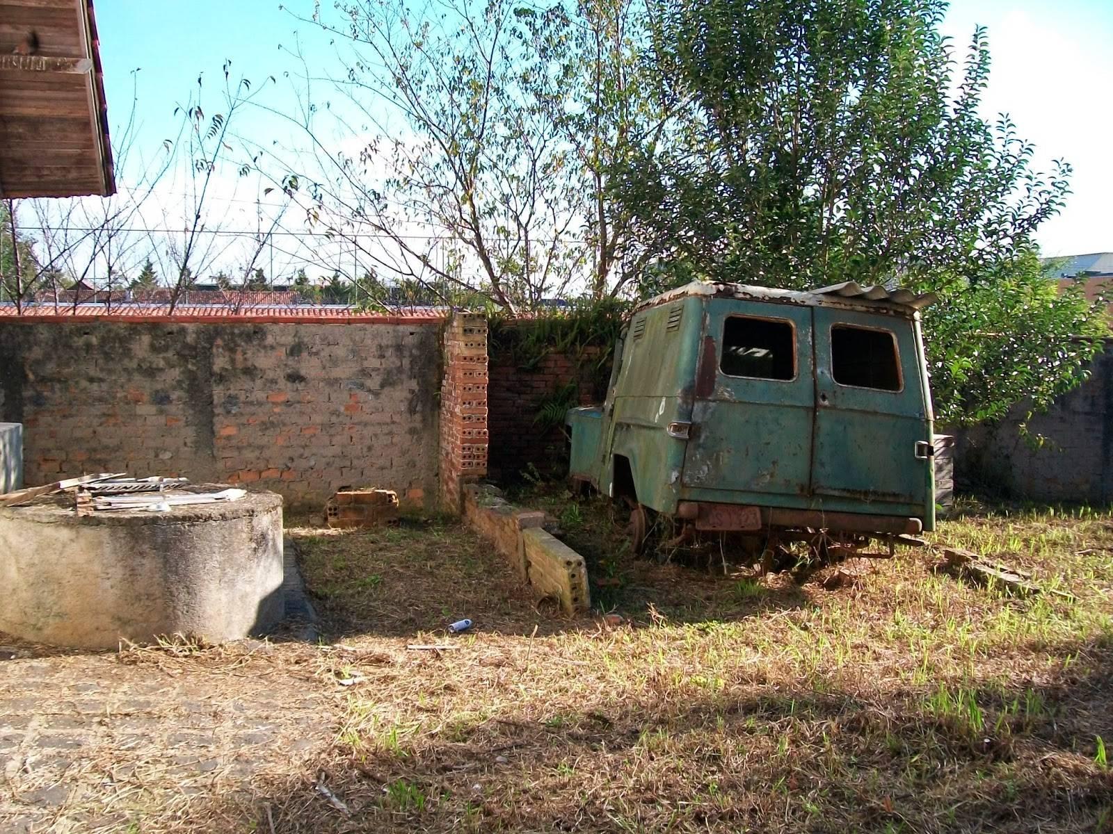 Quintal da Casa Kozák, detalhe do veículo se deteriorando