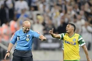 Jean Pierre Gonçalves de Lima marca pênalti para o Corinthians - e depois volta atrás. (Folhapress)