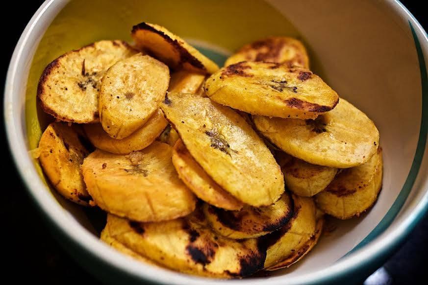 Banana-da-terra dourada assim dá pra comer pura. Foto: Apneia Filmes/Divulgação