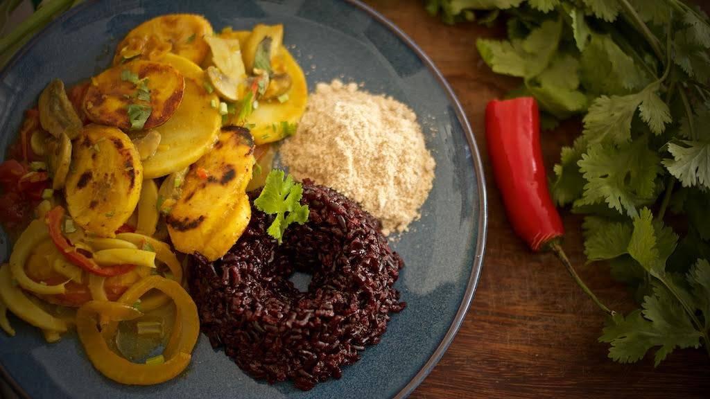Minha moqueca com arroz negro e farofa inspirada na receita do chef Reinhard Pfeiffer. Porção pequena para poder repetir. Foto: Apneia Filmes/Divulgação